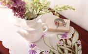 Obrus z haftowanymi kwiatami