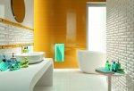 Oryginalna łazienka: szkło, ceramika i kwiaty