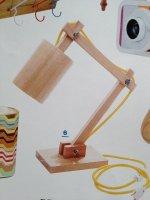 Lampa na stoliku w kolorze drewna