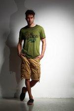 mężczyzna w zielonej koszulce