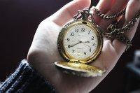 zegar trzymany w dłoni