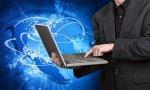 człowiek w garniturze z laptopem
