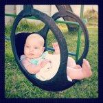 dziecko na huśtawce