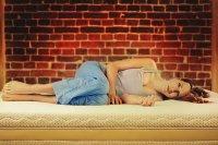Kobieta śpiąca na materacu